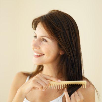 Mat görünen saçlar için...  Çok sık fön, rüzgar, ısı değişimi, perma ve boya saçları zorlar. Saç derisinde pürüzlenmeye yol açar. Sonuçta saçlar ışık yansıtmaz. Bakımsız-mat bir görünüm kazanır.   Bakım: Limon suyunu veya elma sirkesini soğuk suyla konsantre hale getirin. Bununla saçlarınızı durulayın. Yapacağınız bu işlem saç yüzeyini düzleştirir. Yıkama işlemi sırasında saçlarınızı çok iyi bir şekilde durulamaya dikkat edin. Bakım yağları içeren şekillendirme ürünleri saç yüzeylerini parlatır.   Tedavi: Mat görünen saçlara haftada bir kez bitki proteini içeren kürler uygulayın. Multivitamin kürleri saçlara sağlık ve parlaklık verir.